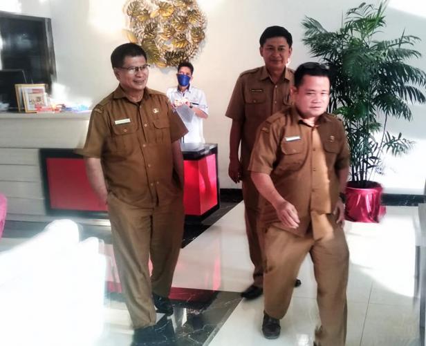 Plt Disparpora Kota Payakumbuh, Andiko Jumarel (kiri) saat memantau kondisi hotel di daerah tersebut.