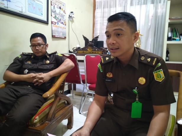 Kepala Seksi Intelijen Kejari Payakumbuh, Robby Prasetya (kanan).