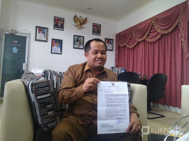Wakil Bupati Kabupaten Lima Puluh Kota, Ferizal Ridwan menunjukkan surat cuti di luar tanggungan negara yang sudah disetujui Gubernur Sumbar.