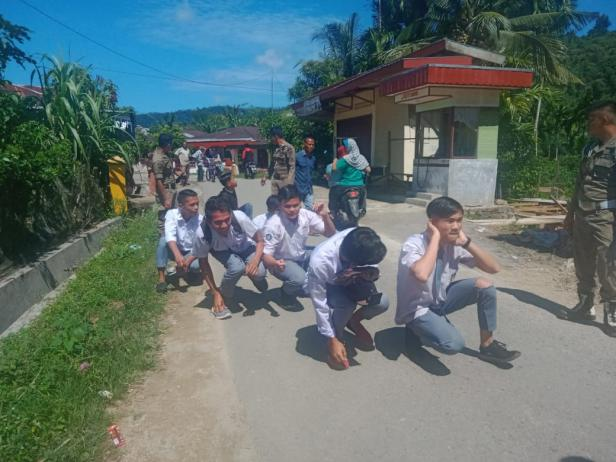 Delapan siswa setingkat SMA yang terjaring operasi penertiban pelajar bolos sekolah di Batangkapas Pessel