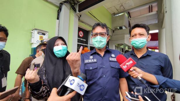 Gubernur Sumbar Irwan Prayitno didampingi istri saat melakukan pencoblosan pada Pilkada 2020 lalu