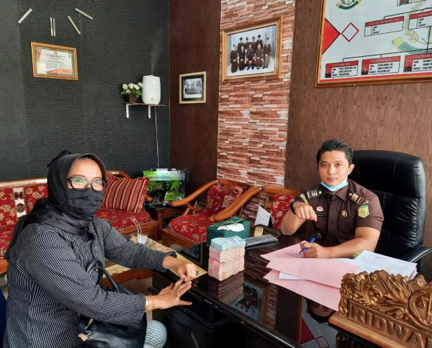 Kasi Pidum, Ridwan menerima pembayaran denda yang dilakukan oleh kuasa hukum terpidana kasus pembakaran hutan lindung di Saniang Baka Solok