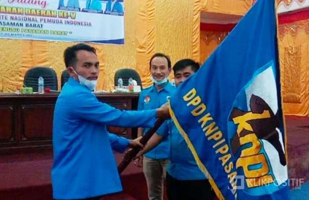 Penyerahan bendera pataka, dari Sekretaris DPD KNPI Propinsi Sumatera Barat Marta Suhendra ke Ketua terpilih DPD KNPI Kabupaten Pasaman Barat, Tri Tegar Marunduri (kiri)