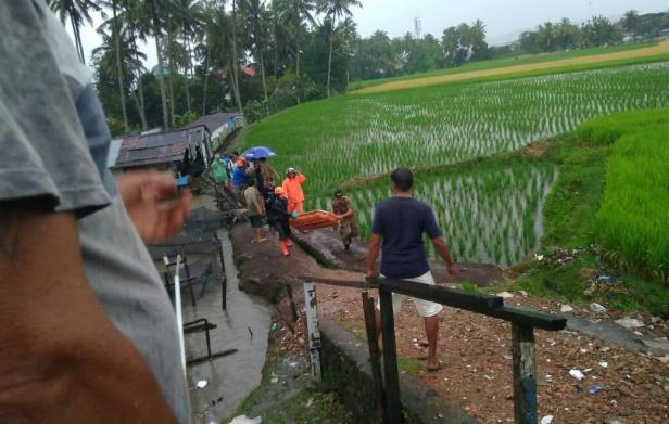 Korban tersambar petir dievakuasi dari TKP ke rumah sakit