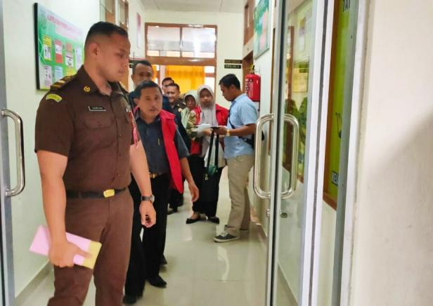 Hunian rompi tahanan, kedua tersangka kasus korupsi lapangan Merdeka kota Solok digiring menuju mobil tahanan