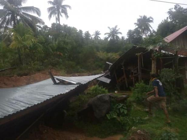 Dua unit rumah tertimbun material longsor di Nyiur Melambai Pessel
