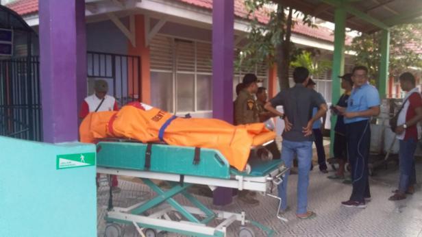 Korban yang ditemukan meninggal tertimbun material longsor saat dibawa ke RSUD. M.Zein Painan