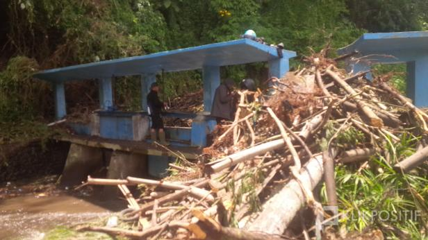 Timbunan Sampah Berupa Ranting Kayu di Bendungan Batang Tambuo