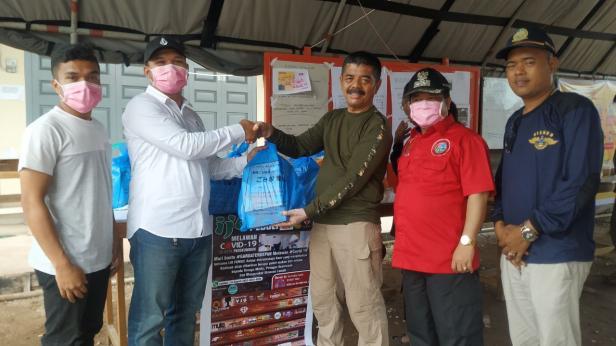 Ijo Family Peduli didampingi Wabup Lima Puluh Kota Ferizal Ridwan serahkan bantuan paket makanan ke Posko Perbatasan Sumbar Riau