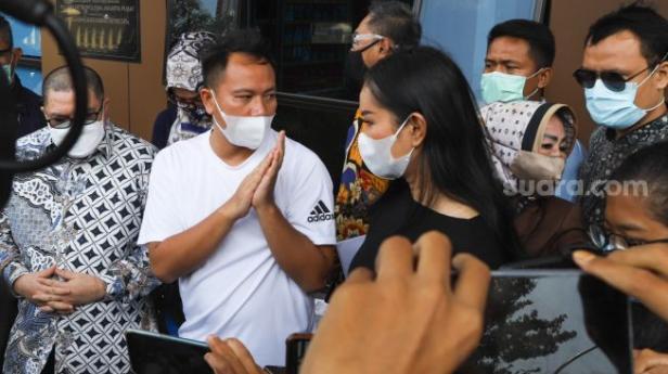 Pasangan Vicky Prasetyo dan Kalina Oktarani saat menyambangi Polres Metro Jakarta Pusat, Rabu (31/3/2021).