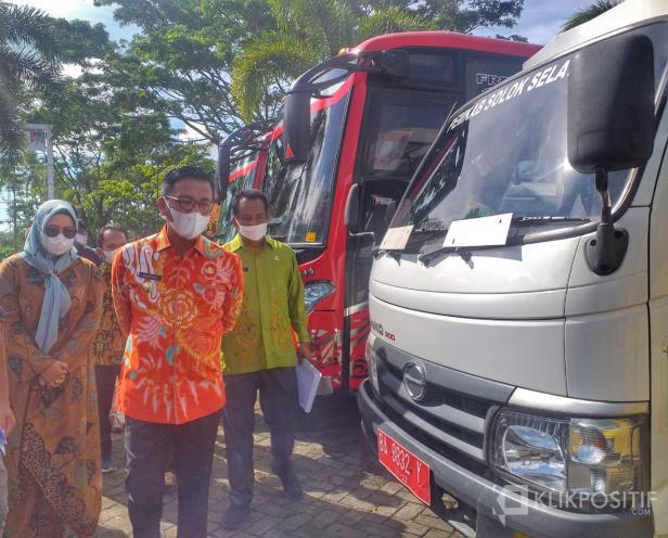 Bupati Solok Selatan Khairunas Melihat langsung cek fisik kendaraan dinas di halaman kantor Bupati Padang Aro Kamis 3 Juni 2021