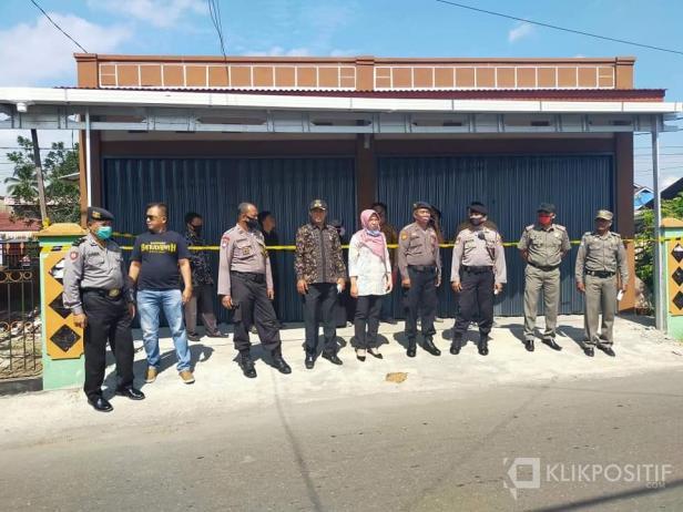 Tim Penertiban Bangunan Pemko Payakumbuh saat menyegel bangunan tidak taat aturan