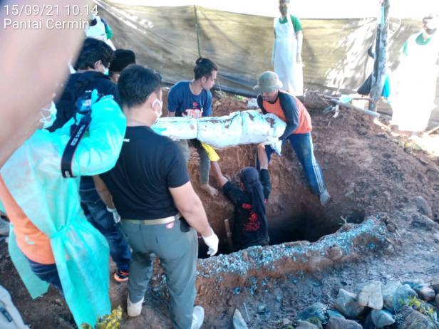 Proses penggalian makam