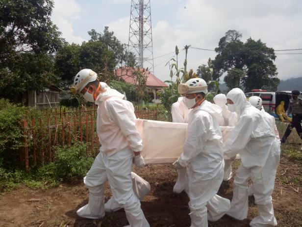 Tim Penanganan Covid Kota Padang panjang memakamkan jenazah pasien covid