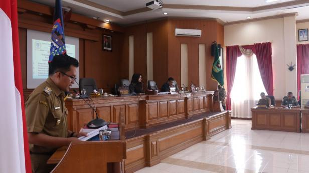 Wawako Payakumbuh, Erwin Yunaz saat menyampaikan tiga Ranperda ke DPRD daerah tersebut.