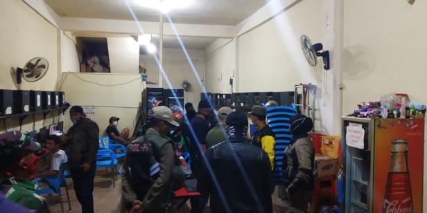 Tim 7 Penegak Perda Payakumbuh saat melakukan patroli ke salah satu warnet yang jadi tempat berkumpul warga.