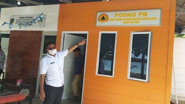 Kalaksa BPBD Sumbar Erman Rahman saat meninjau Posko bencana di Pulau Pagang
