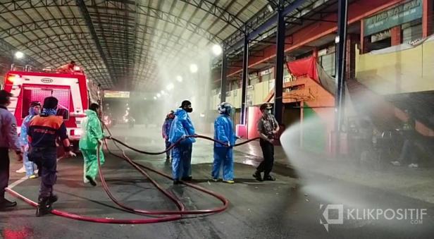 Kompol Russirwan bersama personil gugus tugas penanganan Covid-19 di Payakumbuh saat lakukan penyemprotan disinfektan di bawah kanopi Pasar Payakumbuh.