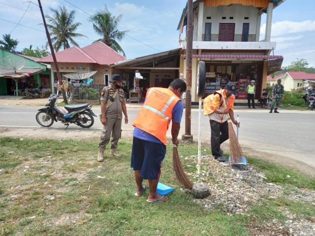 Sejumlah pengunjung dan masyarakat di objek wisata Mandeh disanksi bersih-bersih usai terjaring yustisi