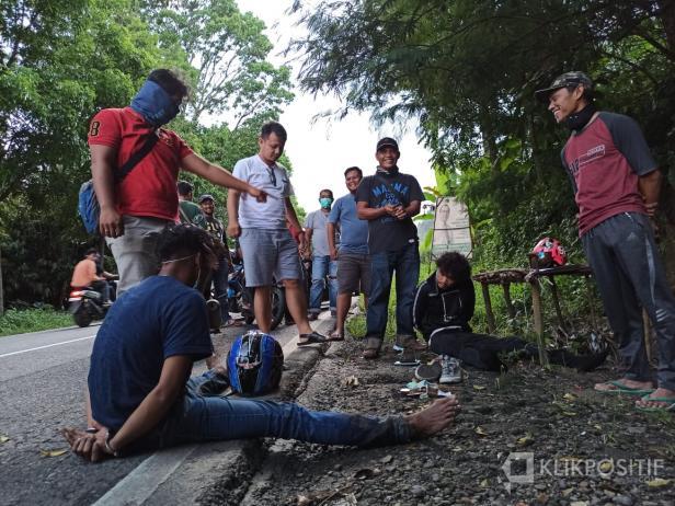 Tersangka AG dan AS saat ditangkap di pinggir Jalan Payakumbuh-Bukittinggi.