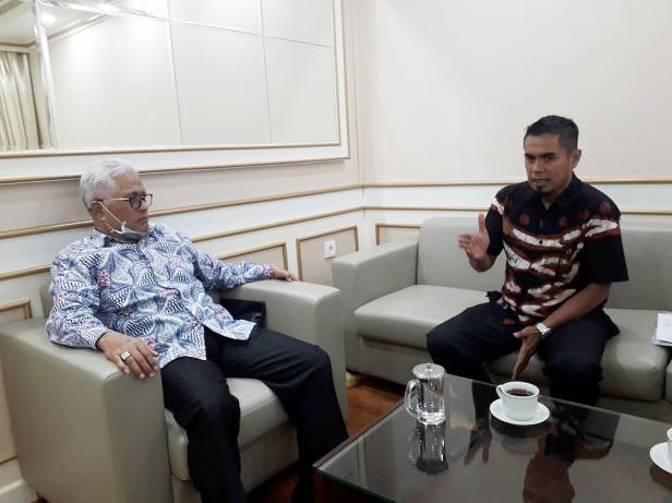 Teks Foto: Anggota Komisi II DPR Guspardi Gaus ketika menerima H. Yohanes dan Darmilis di ruang kerjanya, Gedung Nusantara I, Komplek Parlemen, Senayan, Jakarta.
