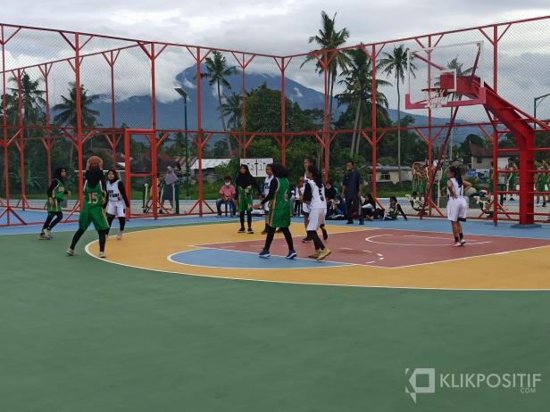 Pertandingan pembuka Payakumbuh Invitasi Bola Basket 2020 antara tim putri Biru Utama menghadapi tim putri Omega.