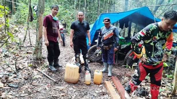 Dandim 0306/50 Kota Letkol Kav. Ferry Lahe dan Kabid Perlindungan Hutan Konservasi Sumber Daya Alam dan Ekosistim Dinas Kehutanan Propinsi Sumatera Barat Mgo Senatung di lokasi penemuan kayu.