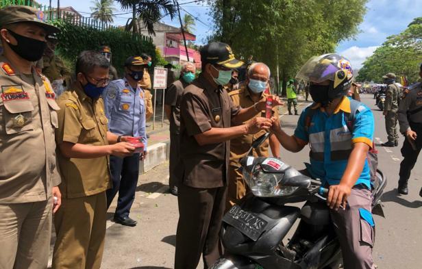 Sosialisasi Perda AKB dan pembagian masker di Tanah Datar