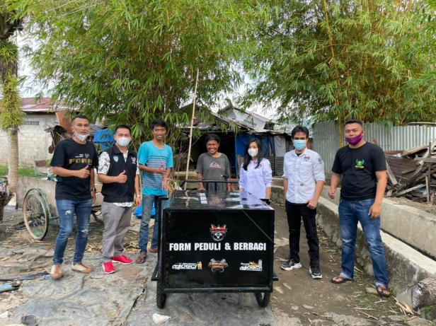 Forum Oto Ranah Minang (FORM) menyerahkan bantuan becak kepada janda tiga anak yang bekerja sebagai pengumpul barang bekas.