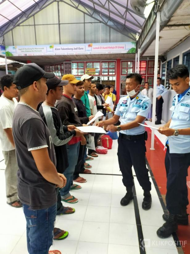 Humas Lapas Payakumbuh Yondri saat menyerahkan berkas pembebasan kepada perwakilan narapidana.