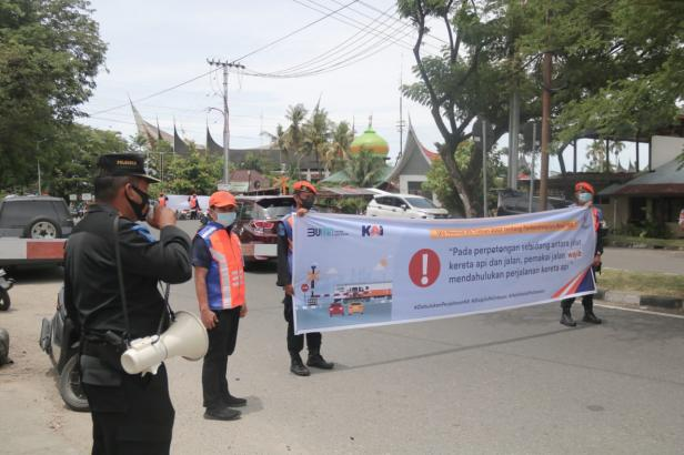 Sosialosasi keselamatan berlalu-lintas saat di perlintasan oleh KAI Sumbar
