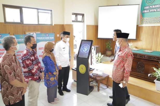 Wakil Wali Kota Solok, Dr. Ramadhani Kirana Putra meninjau inovasi hasil karya Pengadilan Agama Solok