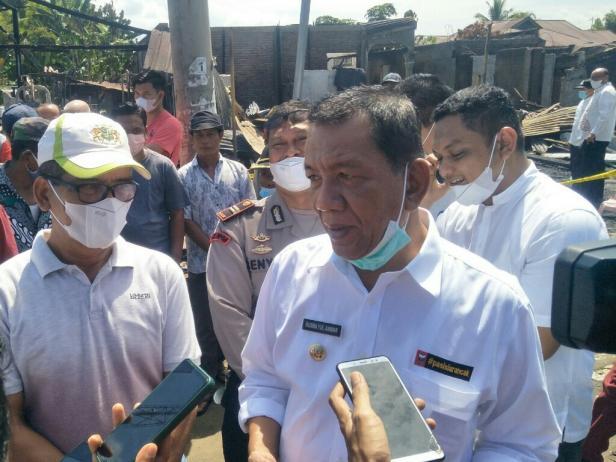 Bupati Pessel, Rusma Yul Anwar saat meninjau korban kebakaran pasar Kambang