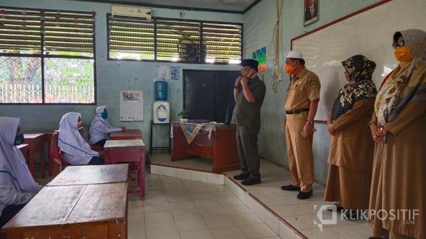 Bupati Pasaman Barat, Yulianto didampingi Kadis Pendidikan dan Kebudayaan, Marwazi B saat mengunjungi SMP N1 Pasaman