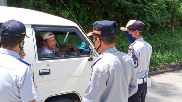 Rombongan gubernur Sumbar mencagat kendaraan dari Sumut yang ingin masuk ke Sumbar