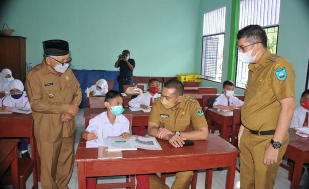 Wagub Sumbar Audy Joinaldy saat meninjau pelaksanaan sekolah tatap muka di Sawahlunto