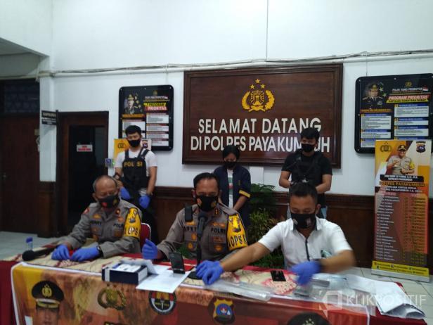 Polres Payakumbuh, AKBP Dony Setiawan pada konferensi pers terkait Polwan gadungan yang berhasil dirungkus.