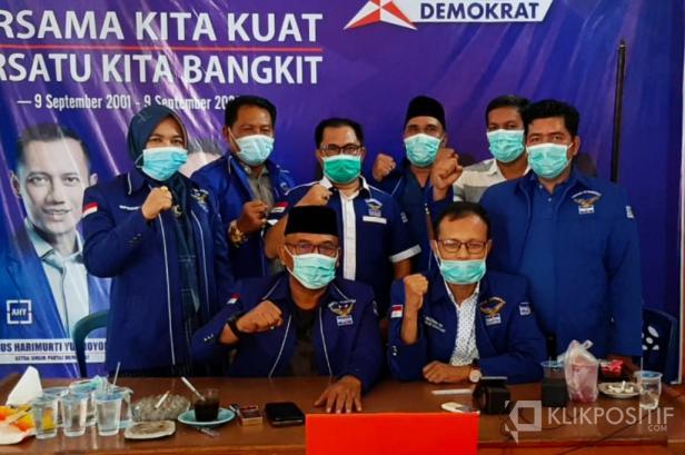 Ketua DPC Partai Demokrat Pasaman Barat Yulianto bersama Fraksi Partai Demokrat DPRD Pasaman Barat saat deklarasi di Kantor DPC Partai Demokrat.