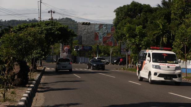 Kendaraan melintasi Trafick light di Simpang Jati yang mati sejak sepekan yang lalu