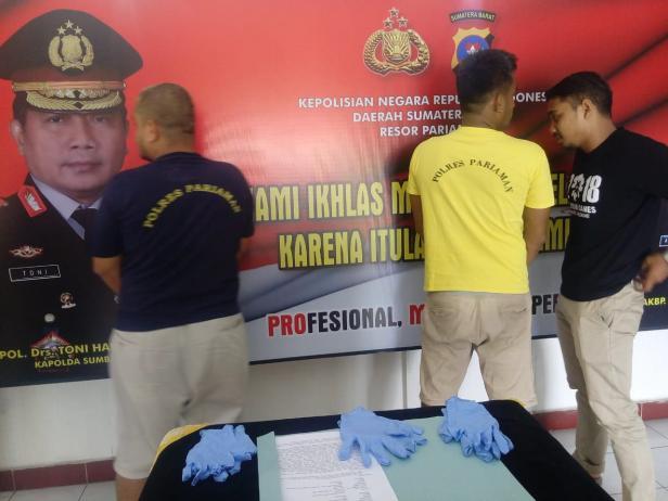 Kedua pelaku saat dirilis kasus narkoba oleh Polisi Resort Pariaman