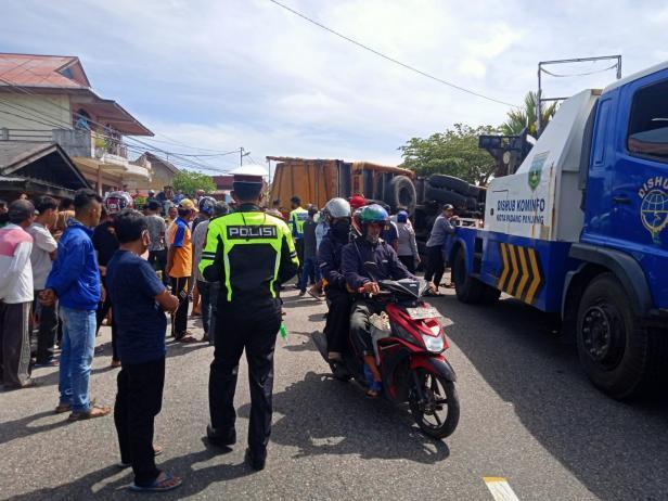 Personel Sat Lantas Polres Padang Panjang evakuasi truk