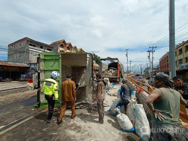 Truk Terguling di Flyover Bypass