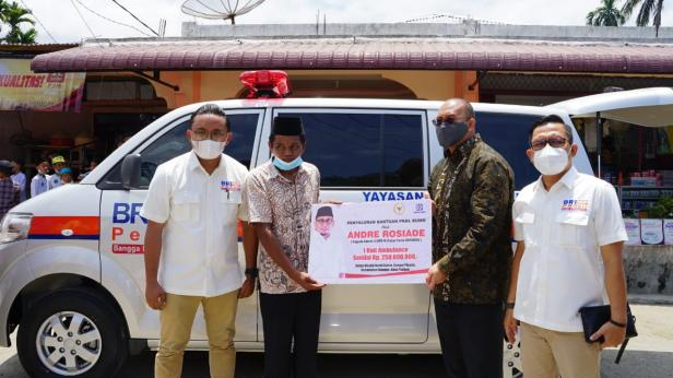 Anggota DPR RI Andre Rosiade menyerahkan ambulans kepada pengurus Masjid Nurul Bahar, Sungai Pisang, Kecamatan Bungtekab, Kota Padang, Minggu (21/2/2021).
