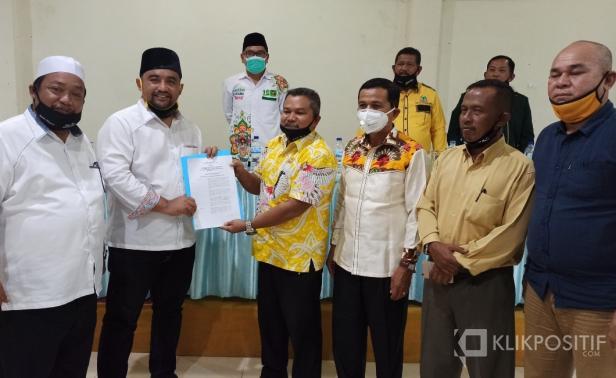Calon Bupati Pasaman Barat, Erick Hariyona didampingi calon Wakil Bupati Syawal saat menyerahkan SK penetapan struktur kepada Ketua Tim Pemenangan, Rosdi