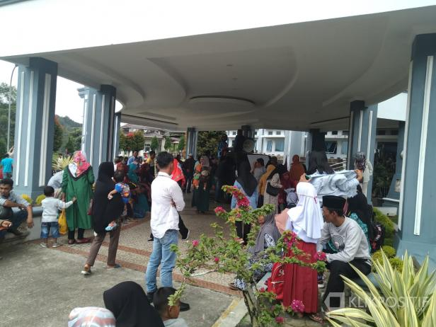 Warga Ulu Aia saat menggelar aksi di kantor DPRD Kabupaten Limapuluh Kota.