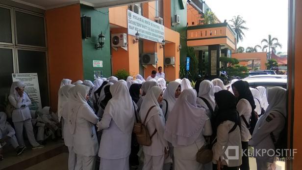 Perawat dan Bidan RSUD M. Natsir berkumpul di depan lobi Rumah menyampaikan tuntutannya