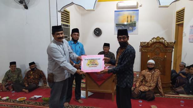 Penyerahan bantuan dari Pemko Solok kepada pengurus Masjid Al Huda Tanah Garam