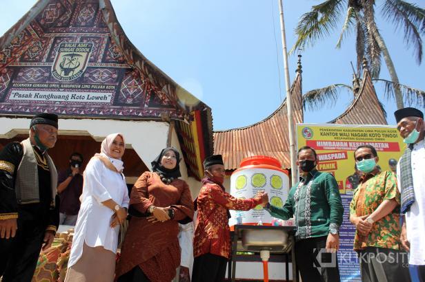 Rektor UMSB, Dr. Riki Saputra, MA serahkan bantuan perlengkapan cuci tangan untuk Kampung Sarugo