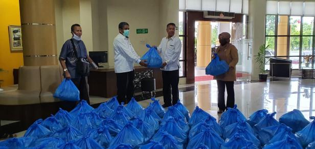 Penyerahan bantuan sembako untuk mahasiswa