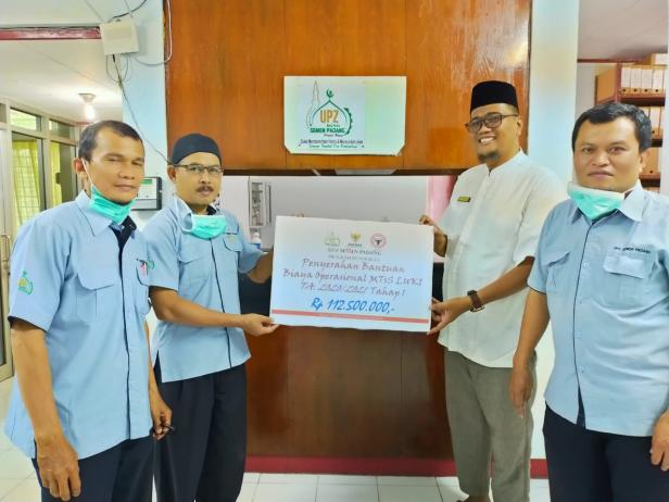 Kepala Pengurus Harian UPZ Baznas Semen Padang Muhammad Arif, (dua dari kiri) menyerahkan bantuan operasional tahap I kepada Kepala Madrasah MTs Lubuk Kilangan Zulmaidi, M.A.